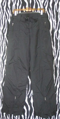 """Black, sharp, nylon ski pants by Ossi Skiwear. Waist: 32""""; outer seam from the waist: 44""""; inseam: 32"""" The pants are in excellent condition. All zippers, Velcro and other closures work perfectly. There's no damage, stains or discolorations. Simply fantastic, high quality ski pants at a fraction of their original cost. Brand: Ossi Skiwear Size: Mens 32 L"""